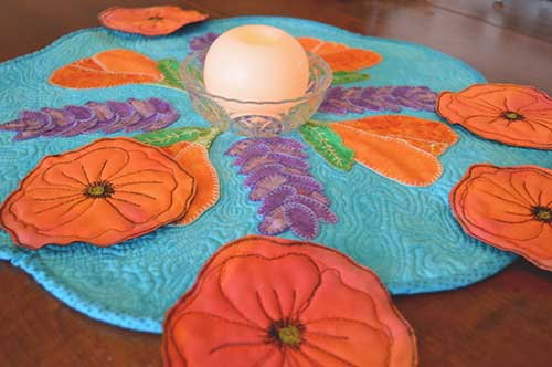 These creative quilted poppy coasters are the perfect tabletop decoration for springtime.