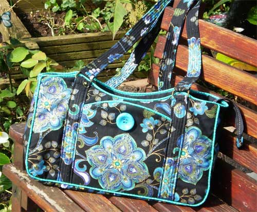 This stylish shoulder bag is perfect to use as an everyday bag.